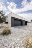Kleine tuin en een garage royalty-vrije stock afbeelding