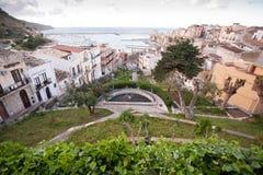 Kleine tuin in Mediterrane stad Stock Fotografie
