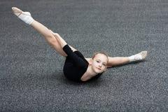 Kleine turnertreinen in de gymnastiek Royalty-vrije Stock Fotografie