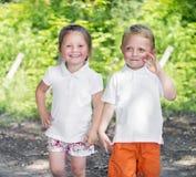 Kleine tweelingenbroer en zuster in een park royalty-vrije stock fotografie