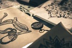 Kleine Uhr, die auf Tabelle aufstellt Stockbilder