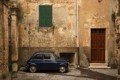 Kleine uitstekende auto Stock Foto