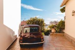 kleine uitstekende die auto tussen de oude bouw bij Europese stad, Cannes, Frankrijk wordt geparkeerd royalty-vrije stock foto