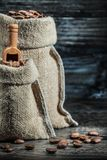 Kleine und große Säcke der vertikalen Ansicht der nahen hohen Ansicht Kaffeebohnen lizenzfreie stockfotos