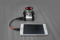 Kleine USB-robot die mobiele gegevens van cellphone klonen Stock Fotografie