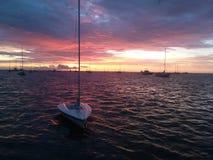 Kleine varende boot op de oceaan Royalty-vrije Stock Foto's