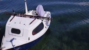 Kleine vastgelegde boot die zich in het water bewegen stock videobeelden