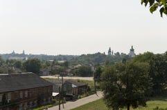 Kleine vectorhuizen Mening vanaf de bovenkant van de Boldin-bergen, Chernigov, de Oekraïne 15 juli, 2017 Stock Foto