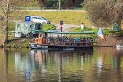 Kleine veerbootbaba op Vltava-rivier Stock Afbeelding