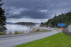 Kleine veerbootterminal in Noorwegen, auto en passagiers die proc verschepen royalty-vrije stock foto