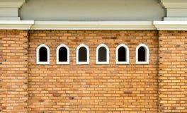 Kleine vensters op bakstenen muur Royalty-vrije Stock Afbeelding