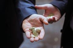 Kleine Veränderung in den Händen von Männern Lizenzfreie Stockfotografie