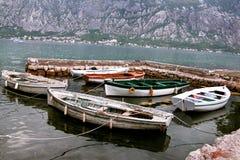 Kleine verankerde vissersboten Stock Foto