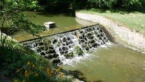 Kleine Verdammungen reinigen den Wasserlauf des Flusses stock video footage