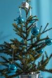 Kleine verfraaide Kerstboom stock afbeelding