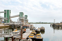 Kleine Versuchsboote in der Hafenindustrie Lizenzfreies Stockfoto