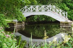Kleine tuinvijver met houten brug stock afbeelding for Kleine tuinvijver