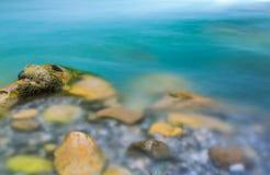 Kleine vijver met stenen stock fotografie