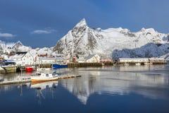 Kleine visserijhaven op Hamnoy-Eiland tijdens de wintertijd, Lofote Royalty-vrije Stock Foto's