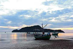 Kleine vissersboot bij pranburistrand in mornin royalty-vrije stock afbeelding