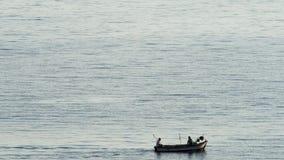 Kleine vissersboot die overgaan door