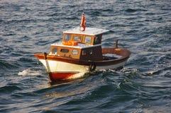 Kleine vissersboot in het Overzees van Marmara Stock Afbeelding