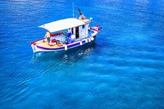 Kleine vissersboot op het overzees royalty-vrije stock afbeeldingen