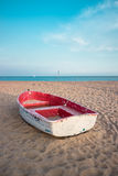 Kleine vissersboot op het strand en de blauwe hemel Stock Afbeelding