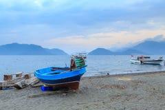 Kleine vissersboot op het strand van marmaris stock afbeelding
