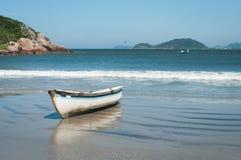 Kleine Vissersboot op Strand in Zuidelijk Brazilië stock foto's