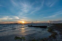 Kleine Vissersboot in schemering Stock Fotografie