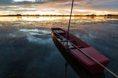 Kleine Vissersboot in schemering Stock Foto