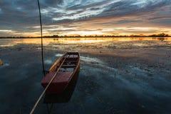 Kleine Vissersboot in schemering Stock Afbeelding