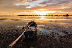 Kleine Vissersboot in schemering Stock Foto's