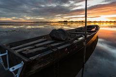 Kleine Vissersboot in schemering Royalty-vrije Stock Afbeelding