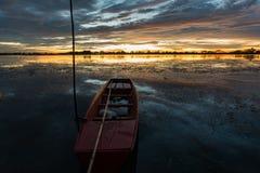 Kleine Vissersboot in schemering Royalty-vrije Stock Foto