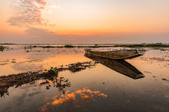 Kleine Vissersboot in schemering Royalty-vrije Stock Foto's