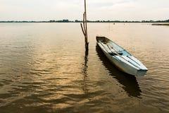 Kleine Vissersboot in schemering Royalty-vrije Stock Afbeeldingen