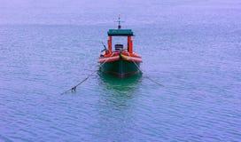 Kleine vissersboten dichtbij het eiland stock afbeelding