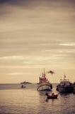 Kleine vissersboten in het overzees stock fotografie