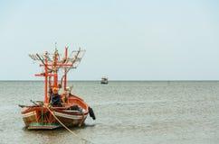 Kleine vissersboten in het strand Royalty-vrije Stock Afbeeldingen