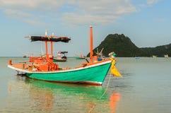 Kleine vissersboten in het strand Stock Foto's