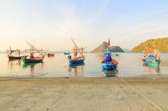 Kleine vissersboten in het strand Royalty-vrije Stock Foto's