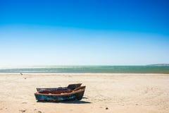 Kleine vissersboten op het strand in de westelijke Kaap, Zuiden Afr Royalty-vrije Stock Afbeeldingen