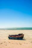 Kleine vissersboten op het strand in de westelijke Kaap, Zuiden Afr Royalty-vrije Stock Foto's