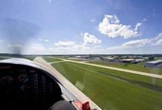 Kleine vliegtuigen die van baan opstijgen stock fotografie