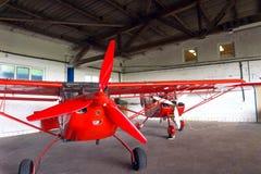 Kleine vliegtuigen in een hangaar royalty-vrije stock afbeeldingen