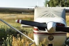 Kleine vliegtuigen op een vliegveld stock afbeeldingen