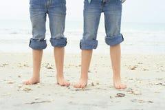 Kleine voeten in het zand bij het strand Royalty-vrije Stock Afbeeldingen
