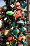 Kleine Vorhängeschlösser sind auf einem Pfosten auf einer Brücke in Amsterdam verschlossen lizenzfreie stockfotografie